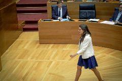 La vicepresidenta del Consell, Monica Oltra, camino de la tribuna de las Cortes con Puig en su escaño.