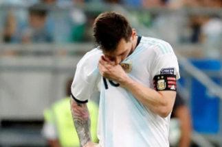Leo Messi se lamenta tras la derrota ante Colombia.