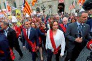 La comitiva municipal con Ada Colau reelegida ya alcaldesa cruzando la plaza Sant Jaume para dirigirse al Palau de la Generalitat, donde fueron recibidos por Torra.
