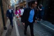 Los concejales socialistas Javier Sagardoy y Maite Esporrín salen escoltados por la puerta trasera del Ayuntamiento de Pamplona tras la proclamación del candidato de Navarra Suma.