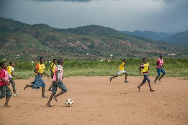 Varios niños juegan en un espacio amigo de la infancia en Nyabugete, un barrio en Bujumbura, la capital del país.