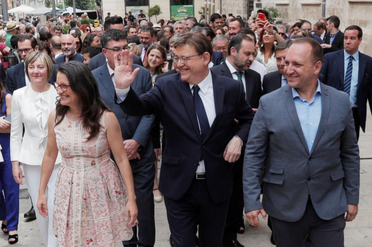 Puig saluda junto a sus socios de gobierno, Mónica Oltra (Compromís), y Rubén Martínez Dalmau (Unides Podem), que se convertirán en vicepresidentes del Consell en unas horas.