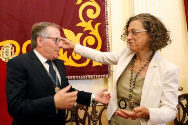 Eduardo de Castro recibe la felicitación de la líder del PSOE de Melilla, Gloria Rojas, tras su elección.
