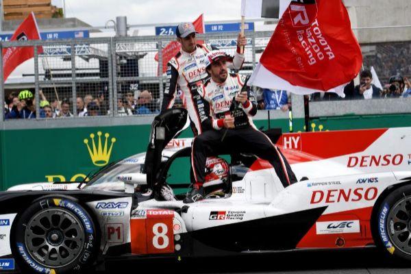 Alonso, junto a Buemi y Nakajima, tras el triunfo en Le Mans.