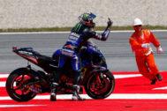 GRAFCAT887. MONTMELÓ (BARCELONA).- El piloto español de MotoGP, Maveric <HIT>Viñales</HIT> del equipo Monster Energy Yamaha, muestra su enfado tras verse afectado en una caída múltiple, durante la carrera del Gran Premio de Cataluña de Motociclismo que se ha disputado este domingo en el Circuito de Barcelona-Cataluña.