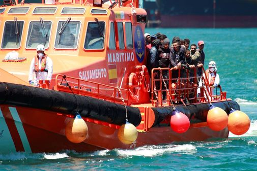 La embarcación 'Salvamar Gadir', en el  puerto de Algeciras con los 55 inmigrantes rescatados el 11 de junio.