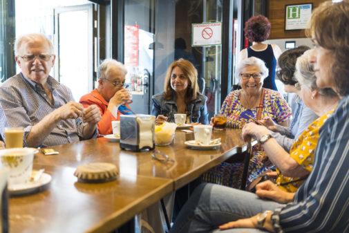Voluntarios con los mayores.