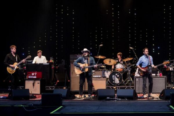 HUNTER, NY - JUNE 03: (L-R) Nels Cline, Mikael Jorgensen, Jeff Tweedy, Glenn Kotche, Pat Sansone and John Stirratt of <HIT>Wilco</HIT> perform during Mountain Jam ( Mtn Jam ) at Hunter Mountain on June 3, 2016 in Hunter, New York. (Photo by Douglas Mason/Getty Images) Compra de Cultura 14.06.2019