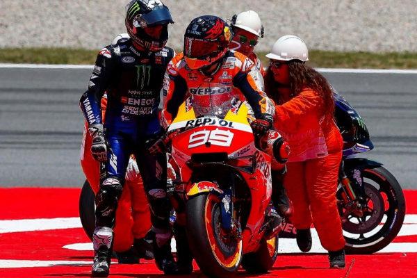 Maverick Viñales se dirige a Lorenzo tras la caída en Montmeló.