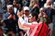 EPA6357. PARÍS (FRANCIA).- El tenista suizo Roger <HIT>Federer</HIT> aplaude al público tras caer derrotado ante el español Rafa Nadal en la semifinal de Roland Garros que disputaron este viernes, en París, Francia.