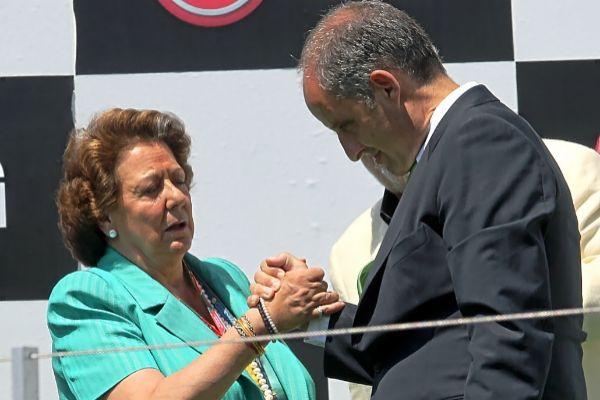 El ex presidente de la Generalitat y la alcaldesa de Valencia Rita Barberá se saludan en el podio de la F1.