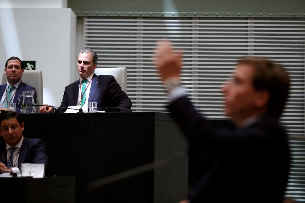 Javier Ortega Smith escucha a Martínez-Almeida en su investidura.