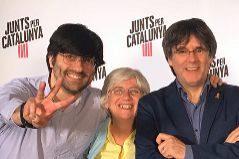 Puigdemont, con la ex consejera huida Clara Ponsatí y con Joan Maria Piqué, que participó en su campaña.