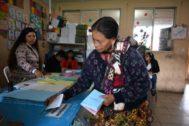 Una mujer vota en San Pedro Sacatepuez, Guatemala.