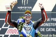 GRAFCAT932. MONTMELÓ (BARCELONA).- El piloto español de Moto2, <HIT>Álex</HIT> <HIT>Márquez</HIT> del equipo Estrella Galicia 0,0 Kalex, celebra en el podio su victoria en la carrera del Gran Premio de Cataluña de Motociclismo que se ha disputado este domingo en el Circuito de Barcelona-Cataluña.