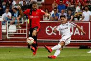 GRAF9492. ALBACETE.- El centrocampista del <HIT>Mallorca</HIT> Daniel José Rodríguez (i) lucha con Álvaro Tejero, defensa del Albacete, durante el partido de Playoff de ascenso a Primera División que se juega esta tarde en el estadio Carlos Belmonte, en Albacete.