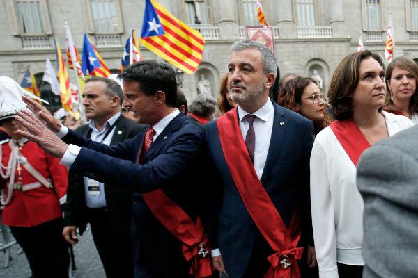 Manuel Valls, Jaume Collboni y Ada Colau, el sábado en la plaza de Sant Jaume en medio de las protestas de los independentistas.