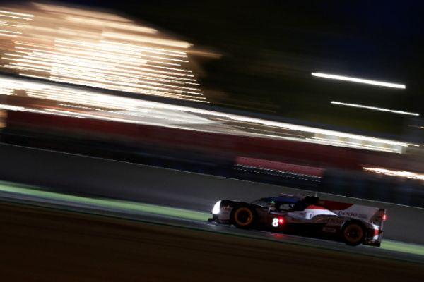 El Toyota #8 de Alonso en la noche de Le Mans.