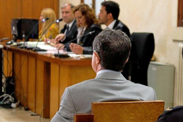 Matas, de espaldas, durante su último gran juicio por corrupción. Al fondo, mirándole, el fiscal anticorrupción Carrau.