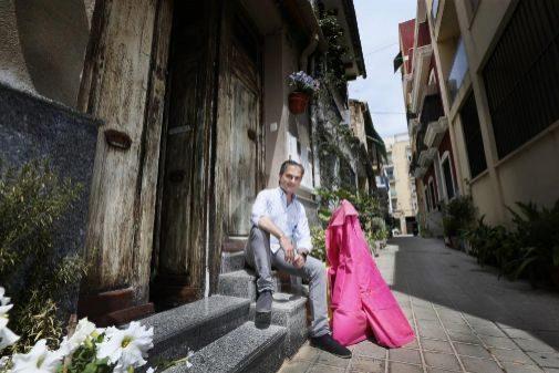 Nacho Lloret posa con un capote en una calle alicantina.