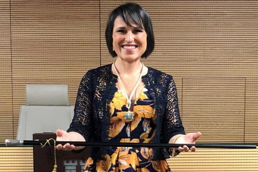 La alcaldesa de Almassora, Merche Galí, con la vara de mando.