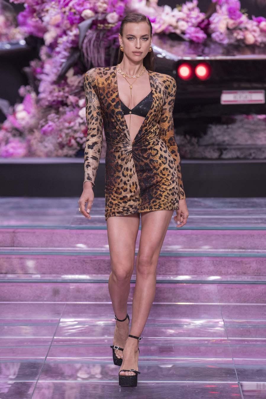 Irina fue una de las protagonistas del desfile de Versace, desfilando...