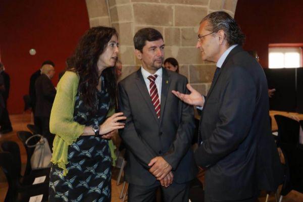 El empresario independentista Joan Canadell conversa esta mañana con los miembros y candidatos a las vicepresidencias de su equipo Mònica Roca y Pere Barrios, antes de iniciarse el pleno cameral.