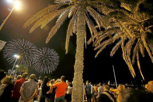 Centenares de personas siguen desde la playa los fuegos artificiales.