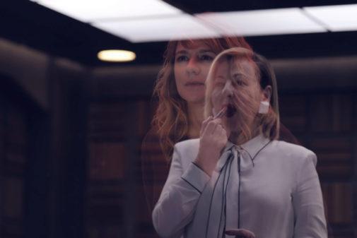 Las actrices Carmen Machi y Emma Suárez (detrás) en una escena de 'Criminal'