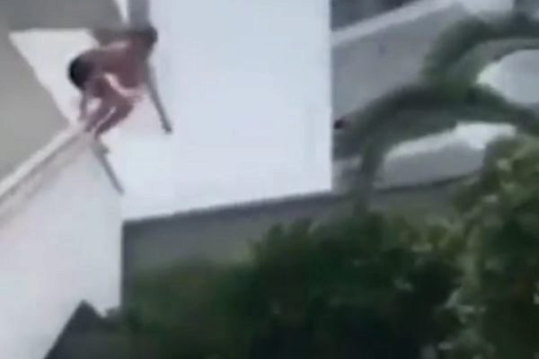 Fotograma del vídeo en el que el turista salta.