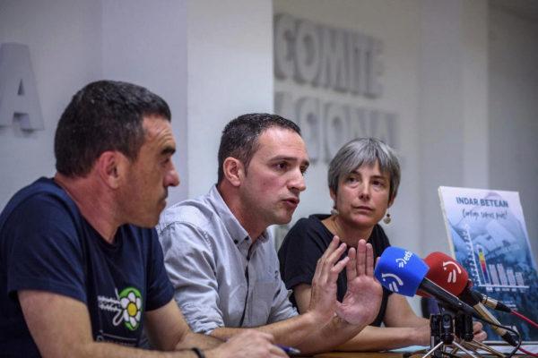 Mikel Lakuntza entre Amaia Muñoa y Joseba Villarreal, en la sede del ELA en Bilbao.