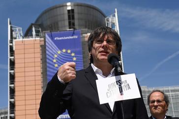 Carles Puigdemont, junto a Quim Torra, en un acto preelectoral delante del edificio de la Comisión Europea en Bruselas.