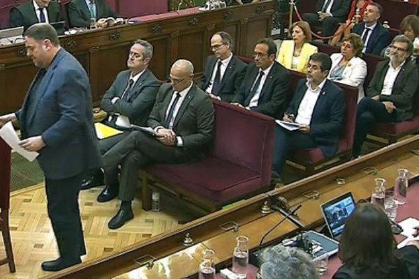 Los acusados, en la sesión del juicio del 1-O durante su turno de...