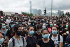 Manifestantes protestan ante el Consejo Legislativo en Hong Kong.