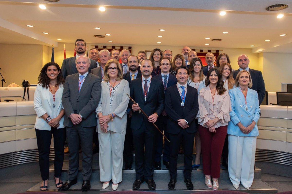 Los miembros de la corporación de Majadahonda tras el pleno de investura de José Luis Álvarez Ustarroz, en el centro con el bastón de mando..
