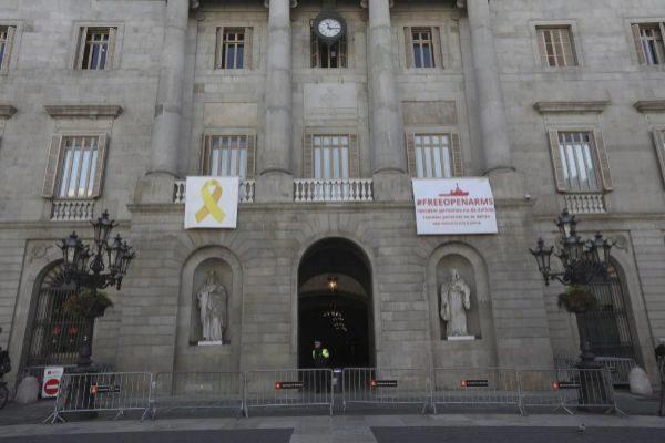 El lazo en favor de los presos, en el Ayuntamiento, antes de ser retirado