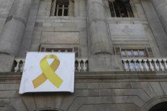 Colau volverá a colgar el lazo amarillo de apoyo a los presos soberanistas