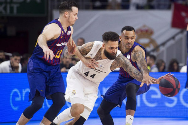 Jeffery Taylor (c), del Real Madrid, lucha con el francés Thomas Heurtel (i) y el húngaro Ádám Hanga en el primer partido entre Real Madrid y Barcelona de la final de la ACB 2019