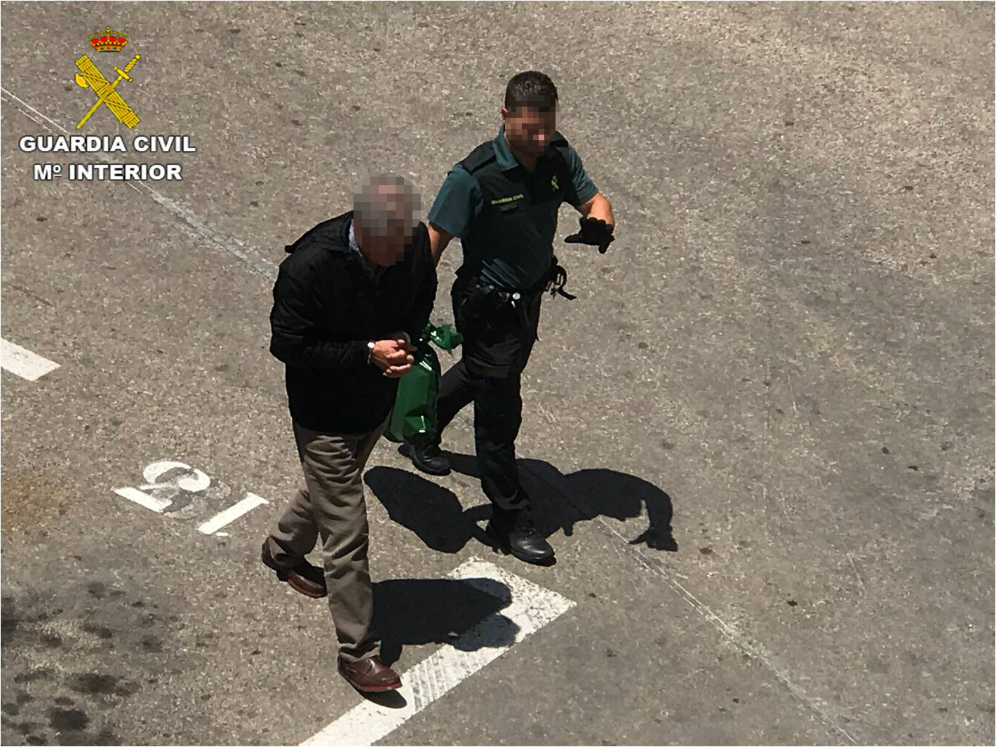 La Guardia Civil custodia al hombre detenido tras la agresión