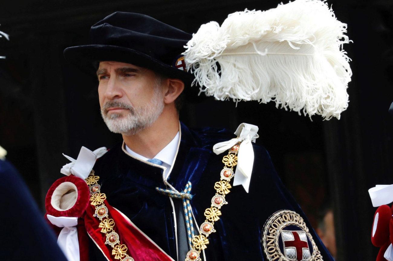 El Rey Felipe VI, con la toga, el sombrero y los atributos que...