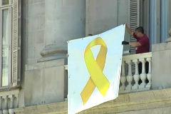 Colau cuelga de nuevo el lazo amarillo de apoyo a los presos soberanistas