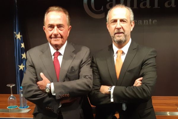 El presidente de la Cámara de Comercio, Juan Riera, y el presidente de CEV Alicante, Perfecto Palacio.