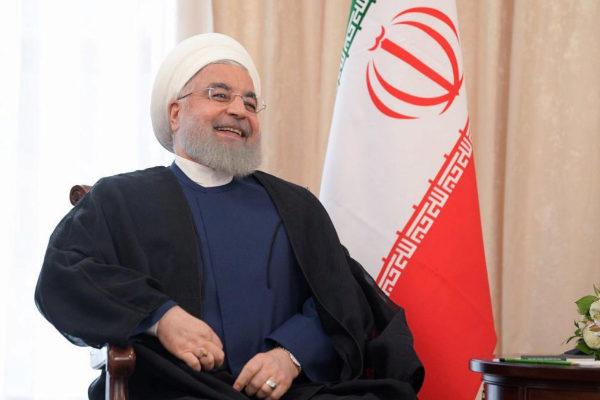 El presidente iraní, Hasan Rohani, sonríe durante la reunión con Vladimir Putin, en la cumbre de líderes de la OCS, en Biskek, Kirguizistán.
