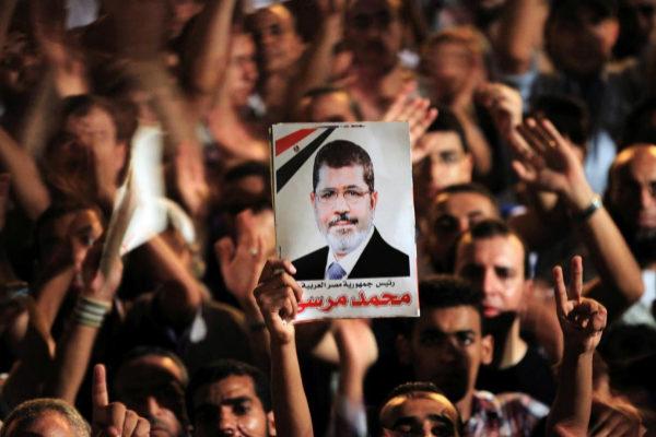 Manifestantes muestran una imagen de Mohamed Mursi en 2012.