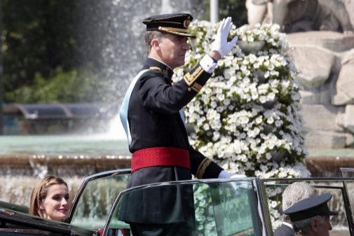 Felipe VI pasa ante la fuente de Cibeles, el día de su proclamación