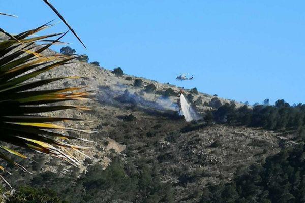 Medios aéreos actúan en la zona del incendio.