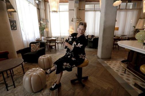 La escritora Deborah Levy posa tras la entrevista en Barcelona.