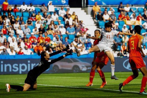EPA1402. EL HAVRE (FRANCIA).- La delantera española Lucía García (c) disputa un balón durante el partido entre China y <HIT>España</HIT>, correspondiente al encuentro del grupo B del Mundial Femenino de Fútbol, disputado este lunes en el estadio Stade Océane de Le Havre (Francia).