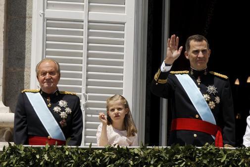 Juan Carlos I y Felipe VI, junto a la infanta Leonor, durante la...