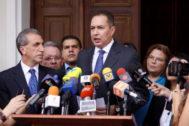 AME4179. CARACAS (VENEZUELA).- Fotografía de archivo fechada el 14 de noviembre de 2017 que muestra al diputado opositor <HIT>Richard</HIT> <HIT>Blanco</HIT> mientras ofrece declaraciones a la prensa, en Caracas (Venezuela). <HIT>Blanco</HIT>, acusado por la Justicia venezolana de estar involucrado en la fallida rebelión militar contra el Gobierno de Nicolás Maduro del pasado 30 de abril, huyó este lunes a Colombia tras casi 40 días de refugio en la Embajada de Argentina en Caracas.